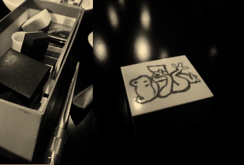 彫り師の道具箱、完成した図案を消ゴムに転写する。