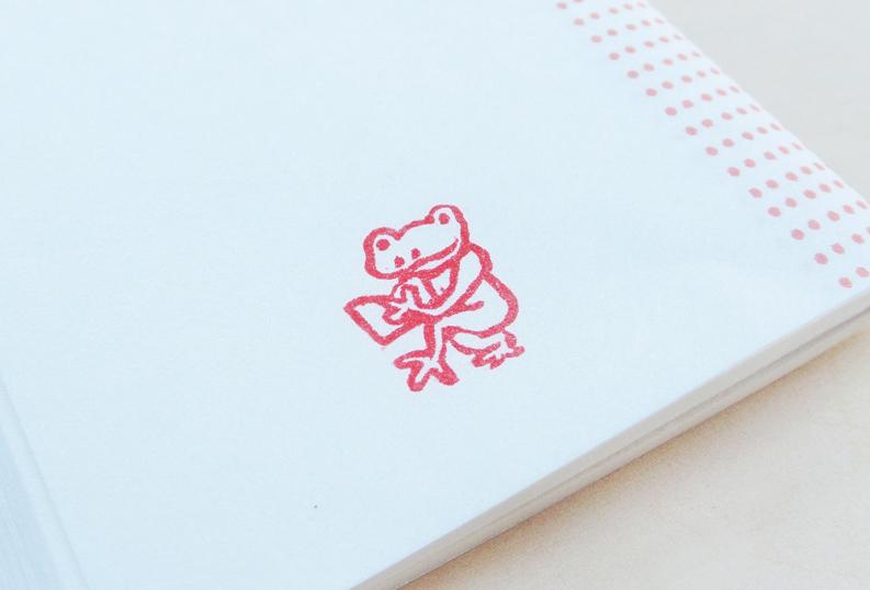 完成したハンコを懐紙に押してみる。読書するカエルのハンコ。
